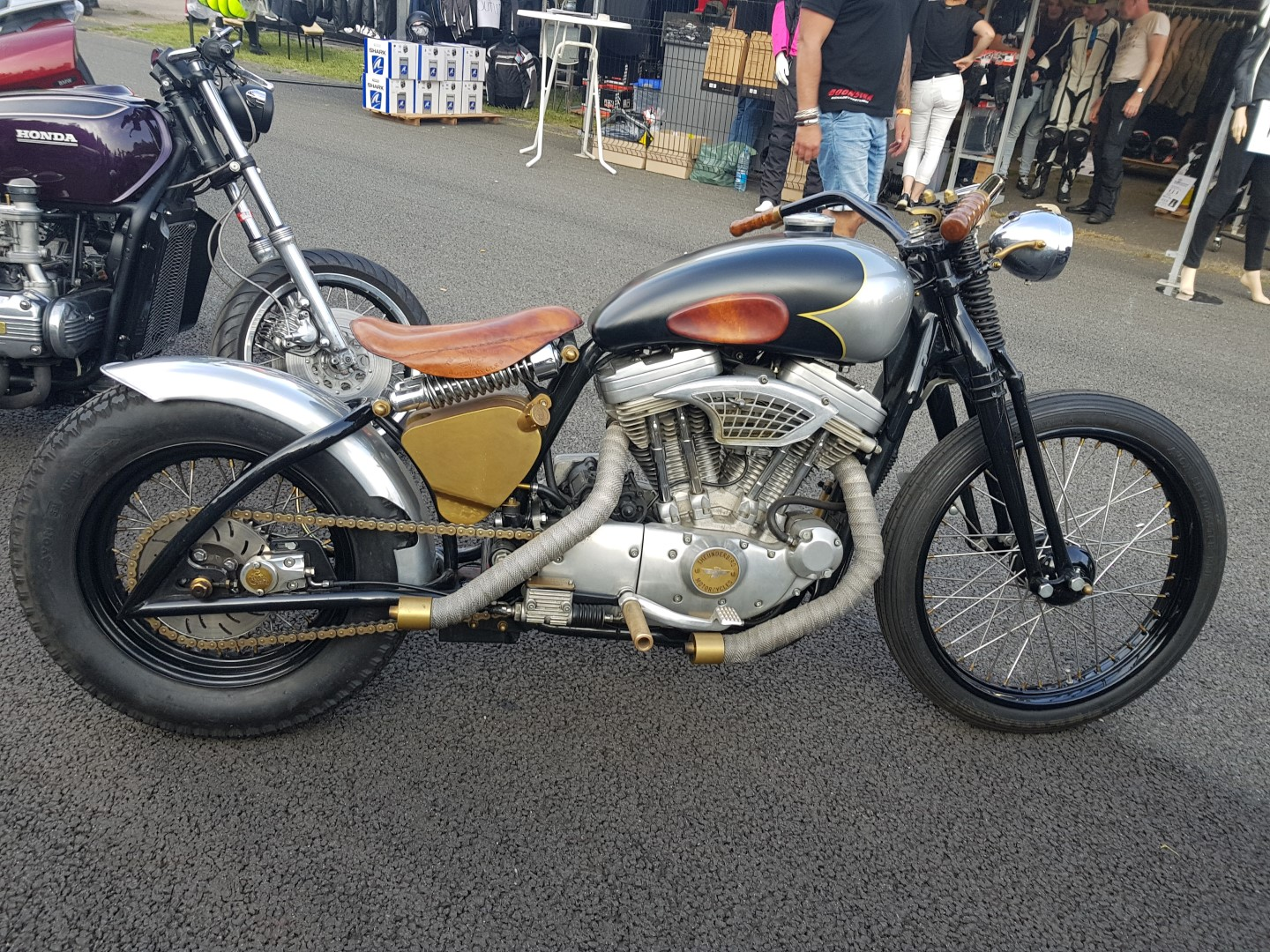 Een prachtige home made custom build cafe racer board tracker
